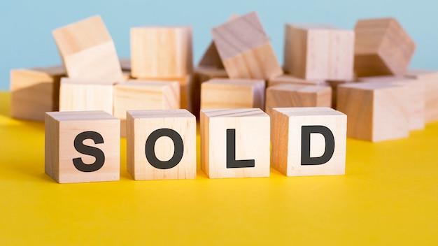Продано слово конструкции с буквенными блоками и малой глубиной резкости, бизнес-концепция