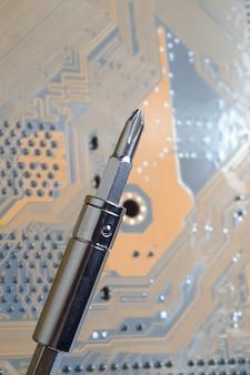 전자 부품으로 전자 회로 기판의 납땜. 엔지니어는 납땜 인두로 회로 기판을 수리합니다.