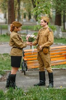 兵士は女性に花束を与える