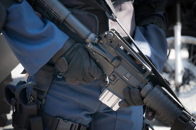 自動銃を持つマシンを保持している兵士