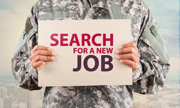 새 직업을 찾기 위해 공백을 잡고 있는 군인
