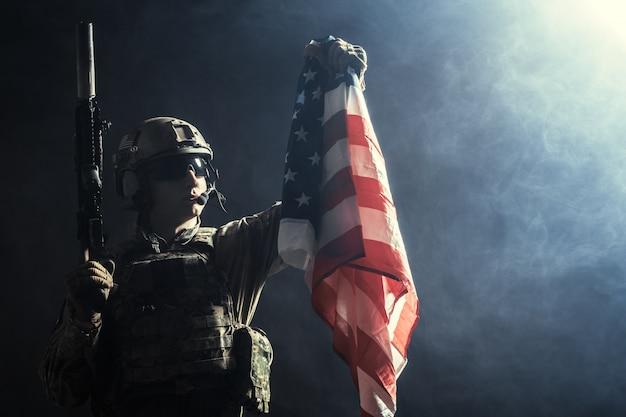 국기와 기관총을 들고 군인