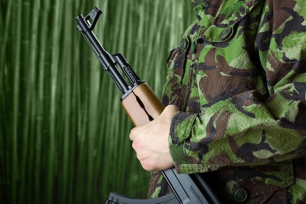 Солдат держит винтовку ак-47