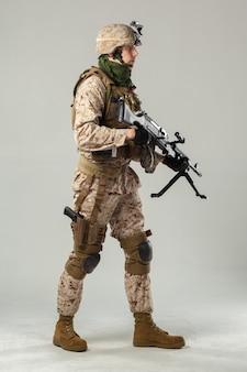 소총을 들고 위장에 군인