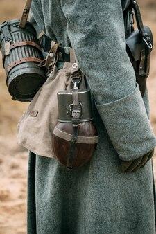 유니폼과 외투를 입은 군인