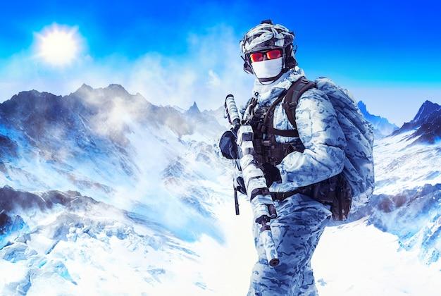 겨울 제복을 입은 군인과 산에서 하얀 얼굴 마스크. 마스킹 위장 테이프로 감싼 무기