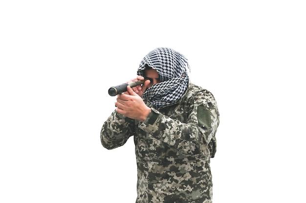 兵士は、白い背景で隔離のカモフラージュの制服に立っています。チェッカークーフィーヤシェマグバンダナ。ナイフを持つ男。手に双眼鏡。