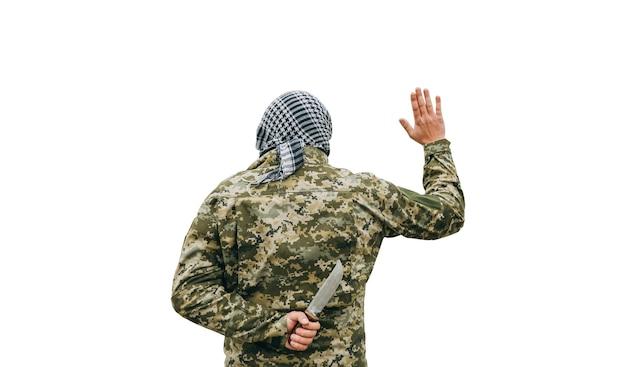 白い背景で隔離の兵士。迷彩服と市松模様のクーフィーヤシェマグバンダナの男。敵を裏切る。戦争の概念。
