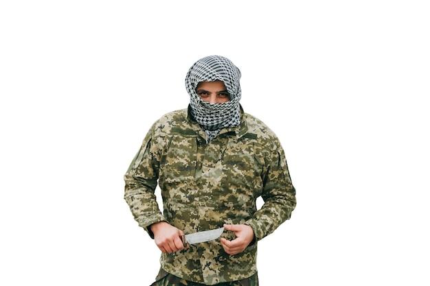 白い背景で隔離の兵士。迷彩服と市松模様のクーフィーヤシェマグバンダナの男。戦争の概念。