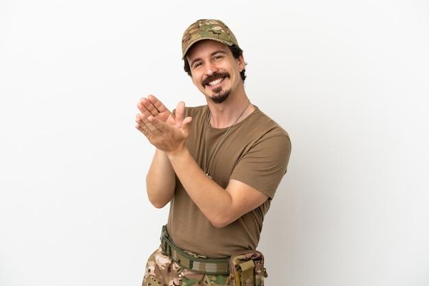 Человек-солдат, изолированные на белом фоне, аплодирует после презентации на конференции
