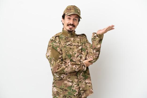 Человек-солдат, изолированные на белом фоне, протягивая руки в сторону для приглашения приехать