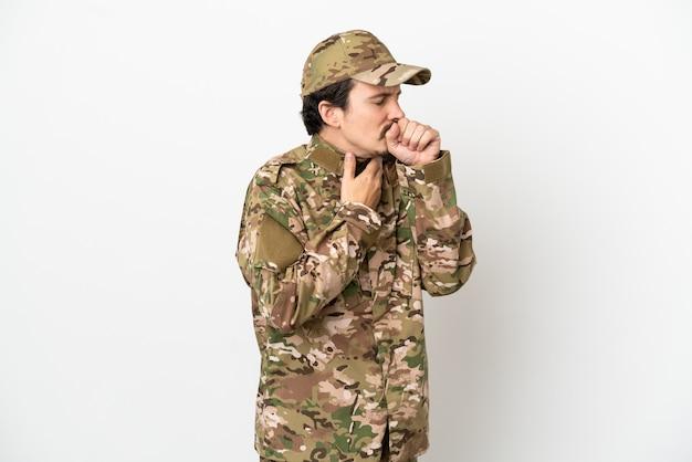 Мужчина-солдат, изолированные на белом фоне, страдает от кашля и плохо себя чувствует