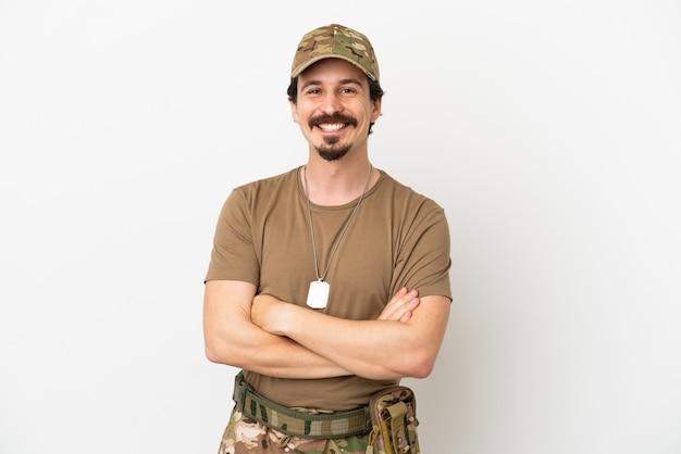 Человек-солдат, изолированные на белом фоне, держа скрещенными руками в лобном положении