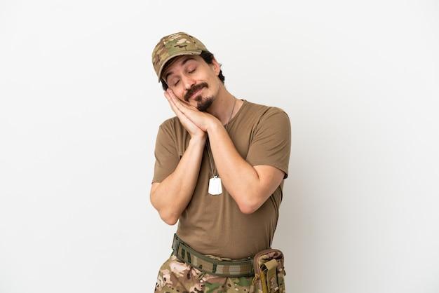 Человек-солдат, изолированные на белом фоне, делая жест сна в благородном выражении