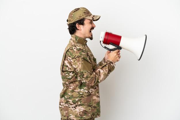 Человек-солдат, изолированные на белом фоне, кричит через мегафон