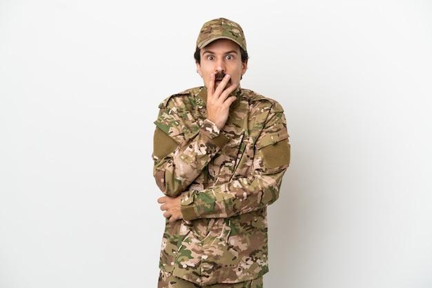 白い背景で隔離の兵士の男は、右を見ながら驚いてショックを受けました