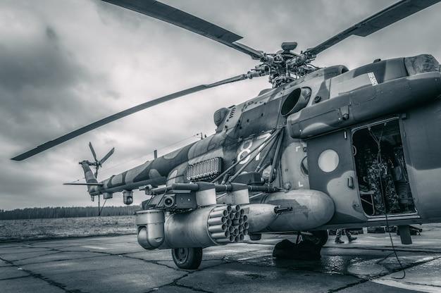 군인은 헬리콥터에서 뛰어 내릴 준비를 합니다. 컴퓨터 게임의 개념입니다. 혼합 매체