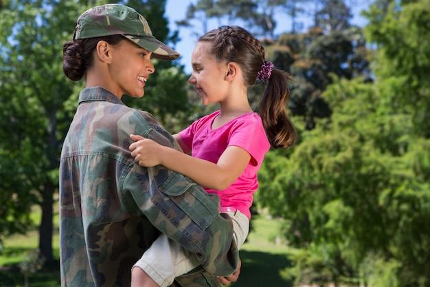 Солдат воссоединился со своей дочерью в солнечный день