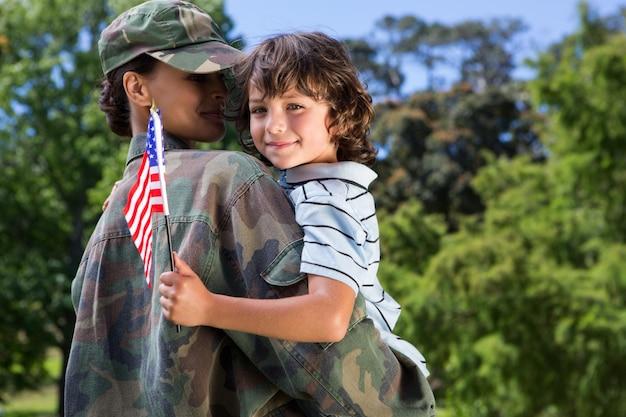 息子と再会した兵士