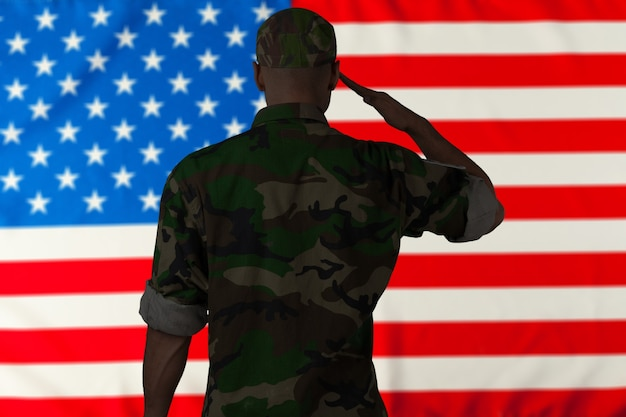 미국 국기에 경례하는 군인