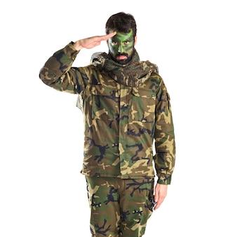 白い背景の上で敬礼する兵士