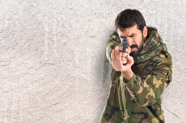 군인이 총을 쏴