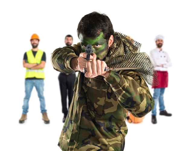 ピストルで兵士を撮影