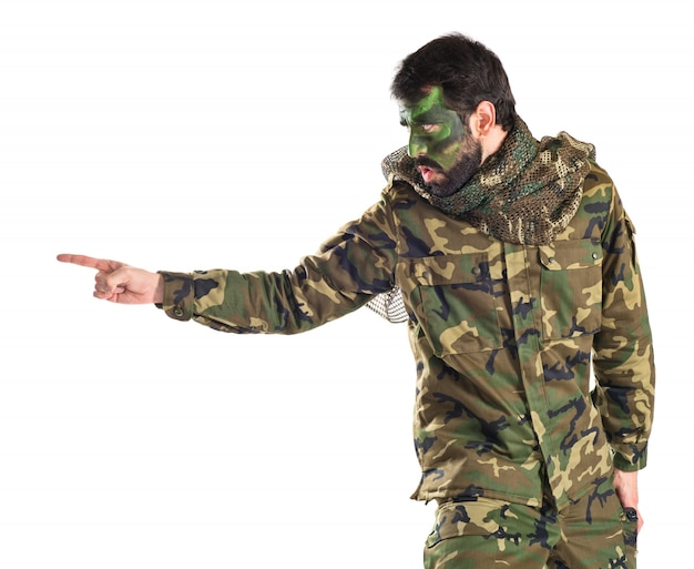 白い背景の上で叫ぶ兵士