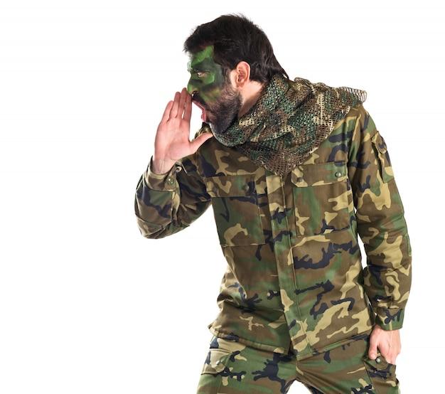Солдат, кричащий на белом фоне
