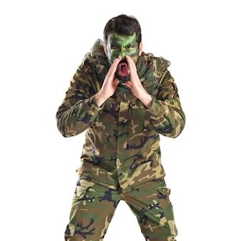 Soldato gridando su sfondo bianco