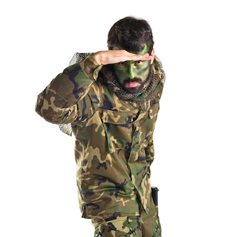 白い背景の上に何かを見せている兵士