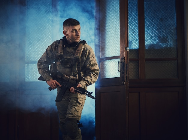 Солдат (спецназовец) пробегает через дверь