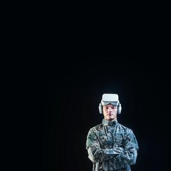 Soldato in cuffia vr per addestramento di simulazione tecnologia militare nera