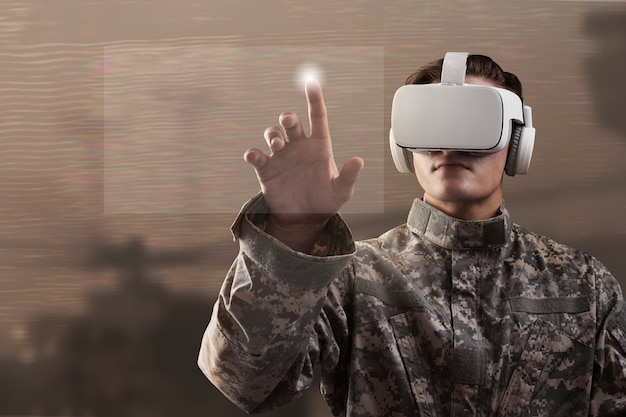 Soldato in cuffia avricolare di vr toccando lo schermo virtuale