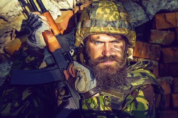 화난 얼굴의 군인