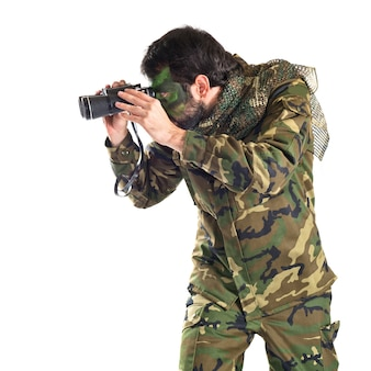 Soldato con binocolo su sfondo bianco