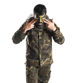 Soldato con la faccia verniciata