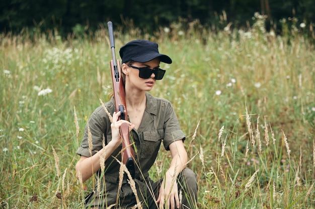 Солдат женщина с оружием