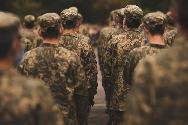 軍事パレードの兵士兵士が敬礼する兵士の一団が結成された