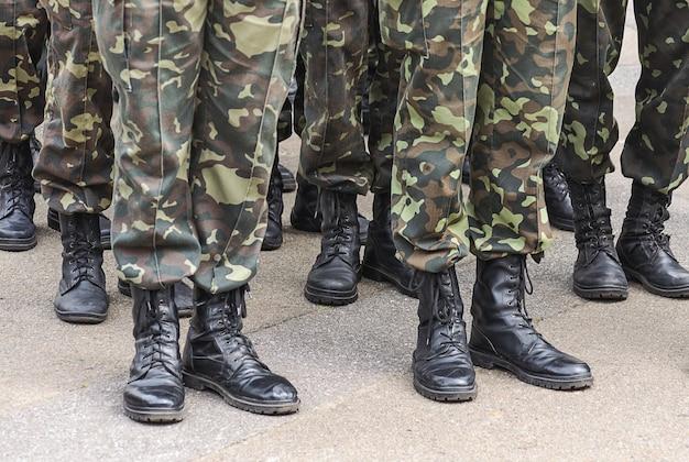 위장 군복을 입은 군인들의 발