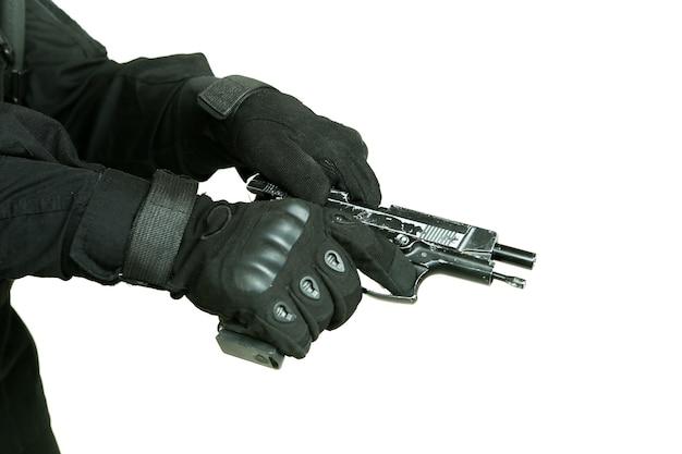 兵士の手がぼろぼろの銃をリロード