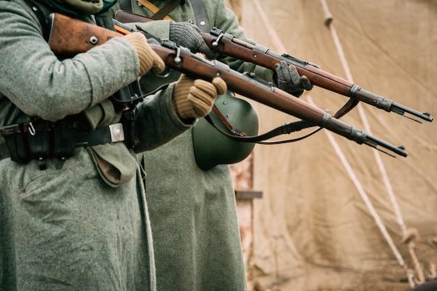 Солдаты вермахта с винтовками в руках
