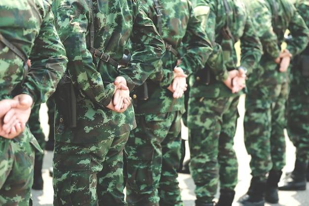 군인들이 줄을 서 있습니다. 손에 총. 육군, 군사 부츠 라인 코만도 군인.