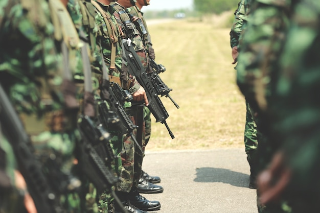 Солдаты стоят в ряд. оружие в руке. армия, военные сапоги линий солдат коммандос.