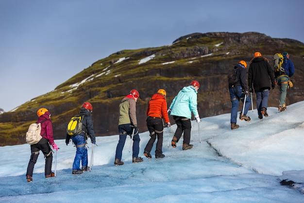 Solheimajokullの氷河の上を歩くハイカーのグループ、