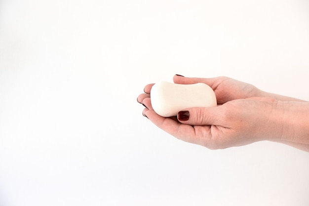 Твердое мыло в руках женщин