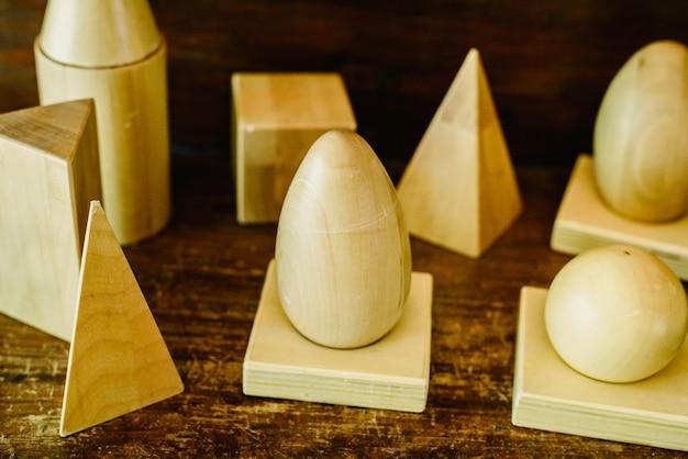 形状と体積、円錐、三角形、正方形を研究するための木製の立体形状