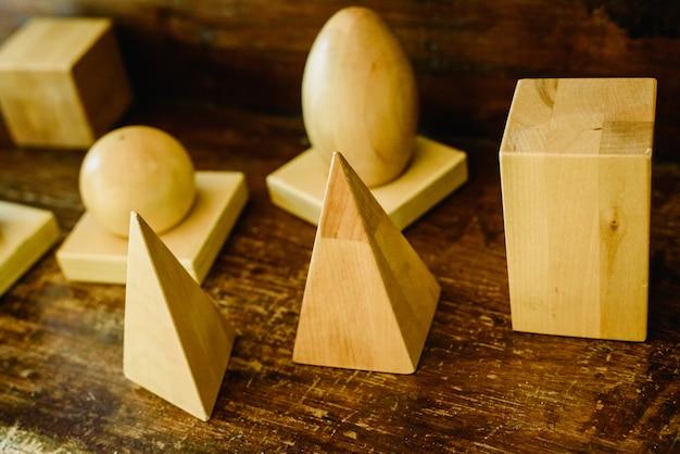 形状と体積を調べるための木製の立体形状
