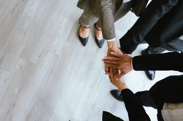 4人のアジアのビジネスマンの連帯の概念