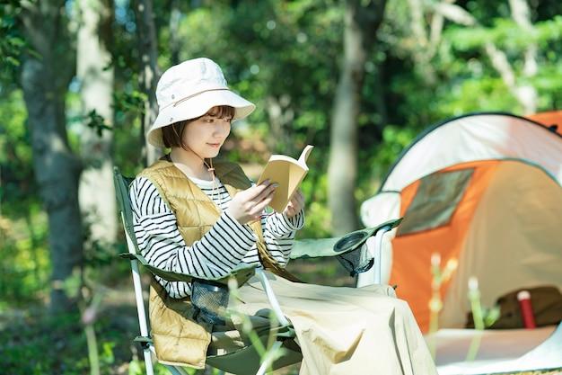 ソロキャンプイメージ~本を読む若い女性